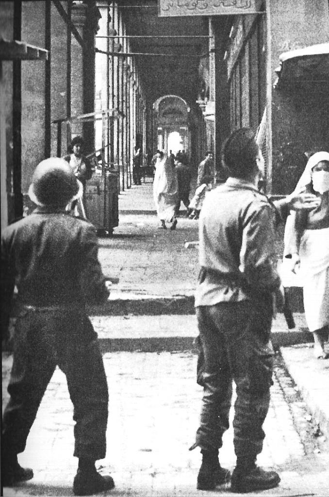 Patrouille dans la Casbah d'Alger