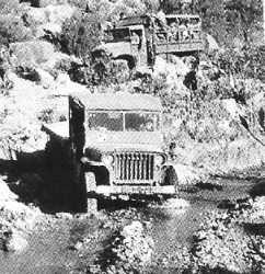 une Jeep  traverse un oued