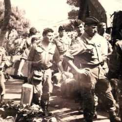 A Alger en 1962, au jardin Marengo. Avec la valise, le MDL FILAIRE