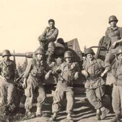 1962. Artilleurs et canon de 40 mm