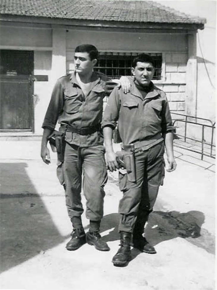 Artilleurs devant l'armurerie du Fort l'Empereur en 1961