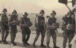 Embarquement de soldats de la CMRP pour leur premier saut.  Photo M. Rodriguez
