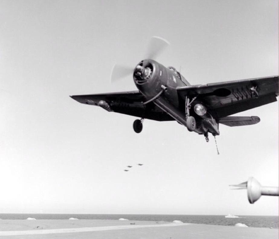 """Exercice en janvier 1956  sur le porte-avions """"Arromanche""""  au large de l'Algerie Un avion type Helldiver apponte Photo Autones Sca-ECPAD"""
