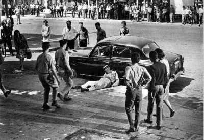 La Bataille d' ALGER Un policier abattu par un tueur du FLN