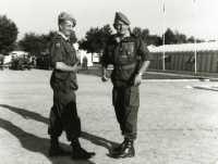 Mai 1964. Le Colonel BIGEARD sur la Place d' Armes  du camp militaire de Pau/Idron avec le colonel VARENNES chef de corps du 1er RCP.  Photo Michel Bernadets.