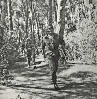 BIGEARD marche d'un bon pas au devant de ses hommes