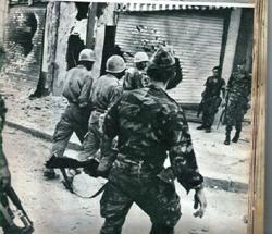 Paras et militaires de la base de Bizerte lors d'une accalmie.