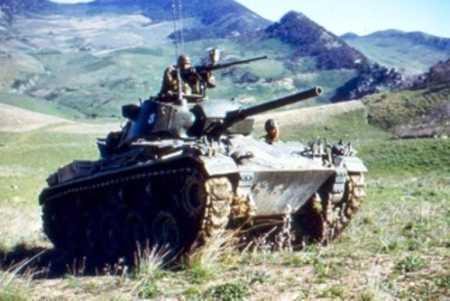 Un char Chaffee M24 en action
