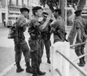 Commando de Chasse 124 en 1961 dans une rue d'Alger