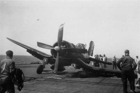 Un Corsair a rompu son train  sur le pont d'un Porte-Avions ----    Site Internet de   Patrick-Charles Renaud