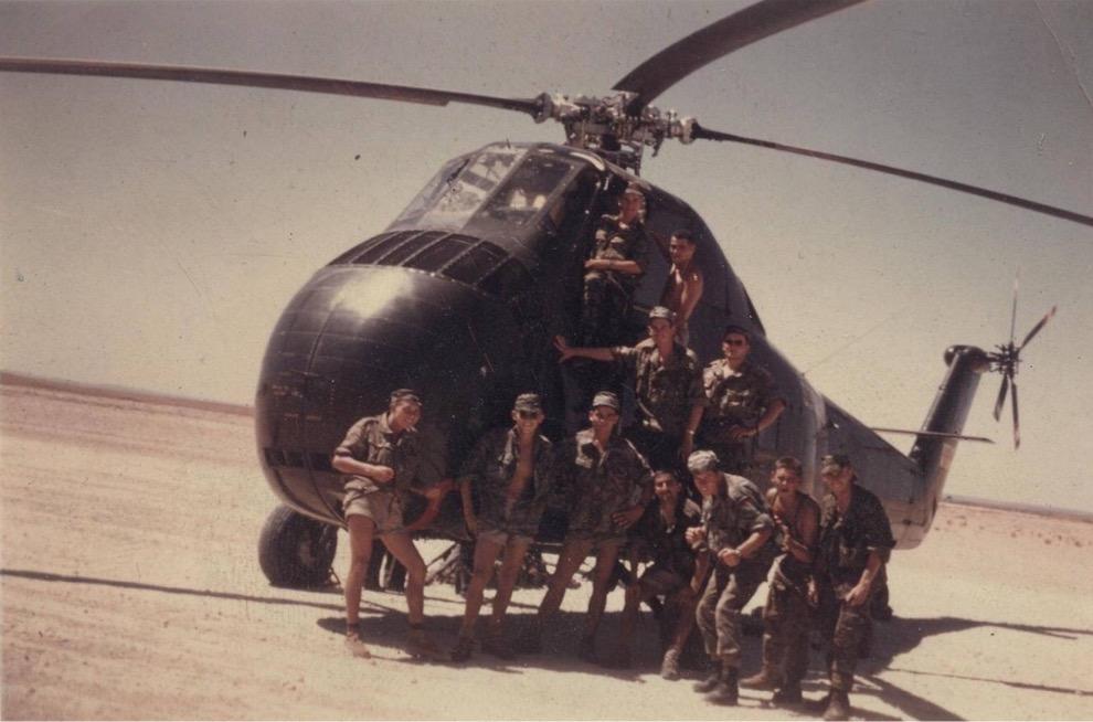 Commandos de l'Air devant un H 34 en 1958