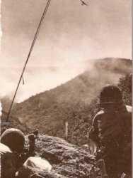 Un poste d'observation  lors des combats de l'Arb Estaya  le 15 mars 1958 Au loin un bombardier lance du napalm sur les positions rebelles