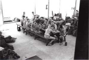 """Paras de l'EJA dans un hangar sur le terrain de sport """"Les Lauriers Roses"""" en avril 1956. Paras sur la photo : Gustave PRIGENT - DERCK - BONNARD radio du S/Ltn MICHEL - BERTAUD - Francis DECKER-JEANNERET- au 1er rang de dos Mario PIACENZA - RACOTOMAVO radio de REBOUILLET - Victor JOLY.  Photo Daniel Belo"""
