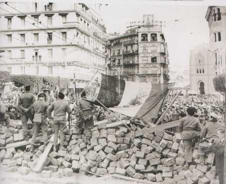 ALGER - 24 Jancier 1960 Les barricades de la rue Michelet