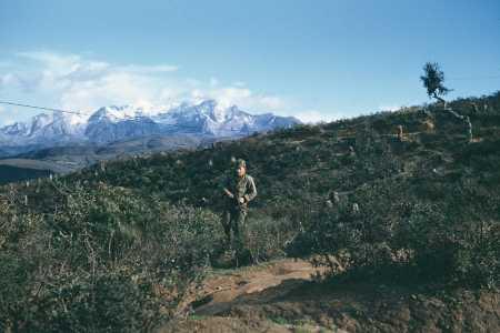 Ratissage en ligne en 1960.  Au fond le massif du Djurdjura.  Photo Claude Fournier