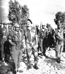 le Colonel Bigeard  au milieu d'un Groupe du Commando GEORGES
