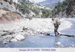 Commando traversant un oued dans les Georges de la Chiffa en octobre 1959