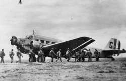 """Embarquement hussards paras dans un junker 52 (dit """"Toucan"""") en 1952"""