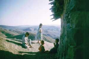 Enfants des mechtas au bout des djebels.  Commentaire et photo J. C Bousquet