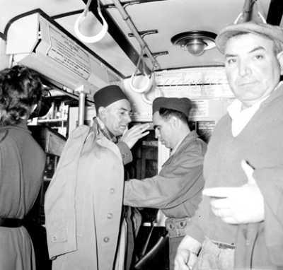 Fouille dans un autobus  d'Alger par un UT