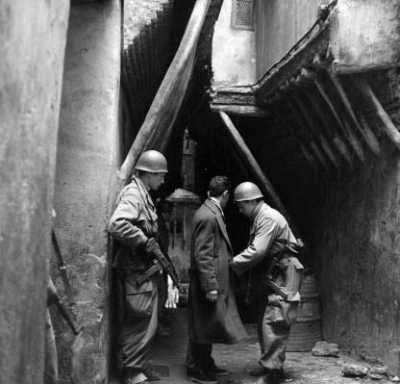 Des soldats fouillent  un homme lors d'une  patrouille de surveillance  dans la casbah d'Alger