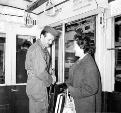 Inspection d'un sac par un UT dans un autobus d'Alger