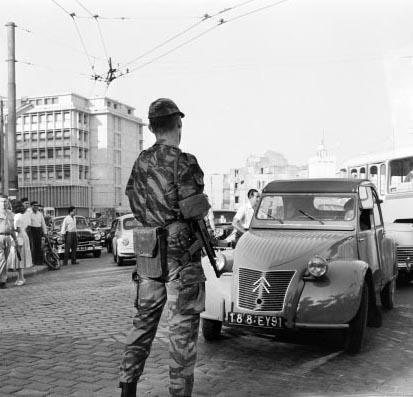 Alger le 29 juillet 1957 le 3e RPC boucle par surprise le quartier de la Place du gouvernement - Square Bresson au bas de la Casbah