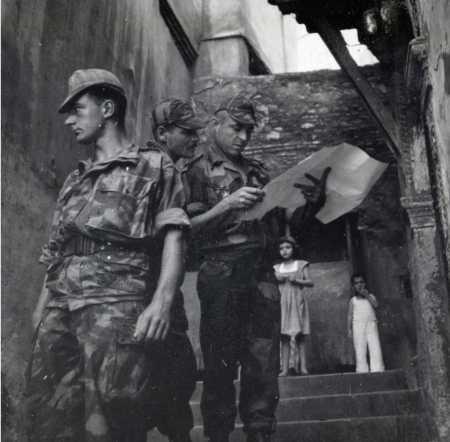 Paras dans une ruelle de la Casbah pendant la bataille d'Alger.  A droite LENOIR adjoint de Bigeard.  Photo Marcel Flament.