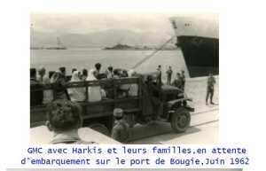 GMC avec des Harkis et leurs familles en attente d'embarquement  sur le port de BOUGIE en juin 1962
