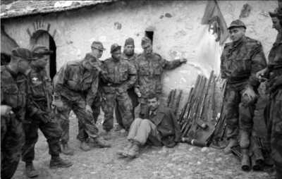 Combats Mechta Besbessa. A droite le lieutenant DOUCEUR.