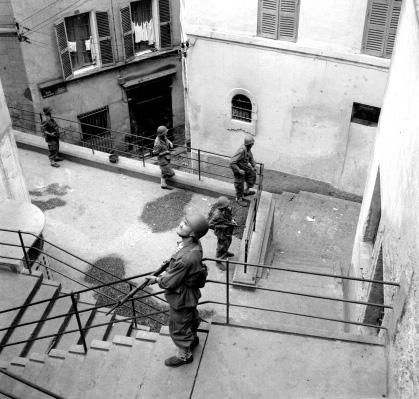 Soldats du 9eme Zouaves ratissant la Casbah