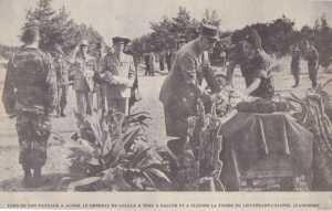 De GAULLE fleurit le cercueil du Colonel JEANPIERRE