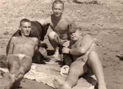 Paras sur le sable de la plage de Sidi Ferruch en 1961 Au centre Pierre DE LA HOUSSE