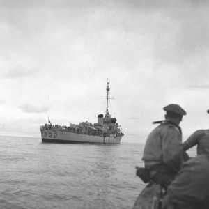 """Retour du Commando Marine Penfentenyo vers l'escorteur """"Soudanais""""  en avril 1955 Photo: Pascucci Bernard-SCA-ECPAD"""