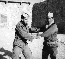 Bordj Oultem en 1961 A gauche tirailleur Paul ISEL