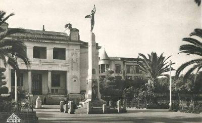RELIZANE - La Poste et le Monument aux Morts
