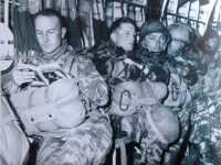 Lt BONELLI - 1er REP  Lisant un bouquin avant un saut
