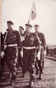Paras du CPA 40 Porte fanion Sergent MENARA