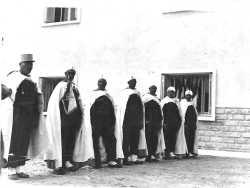 Les goumiers en tenue de parade, lors de l'inauguration de la SAS de BEKKARIA le 15 mai 1959