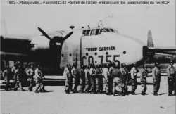 1952 - PHILIPPEVILLE  Fairchild C-82 Packett de l'USAF  embarquant des parachutistes du 1er RCP ---- Photo de la collection de Pierre JARRIGE