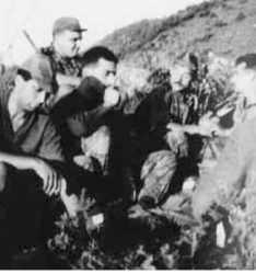 1958 - Escadron du 6 (Capitaine MINE) en petite Kabylie ----  Claude PANTOLI  Sgt Chef CURAT Infirmier TEMPLIER Daniel PROST Sgt Chef SQUATENNA De dos : RENAUT   Photo C. Pantoli.