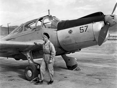 Lieutenant Pilote Elisabeth Boselli  et son Morane Saulnier 733  sur la base de  TELERGMA  en septembre 1957
