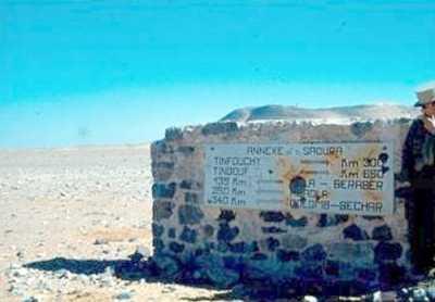 Borne indiquant les distances et la direction en plein SAHARA