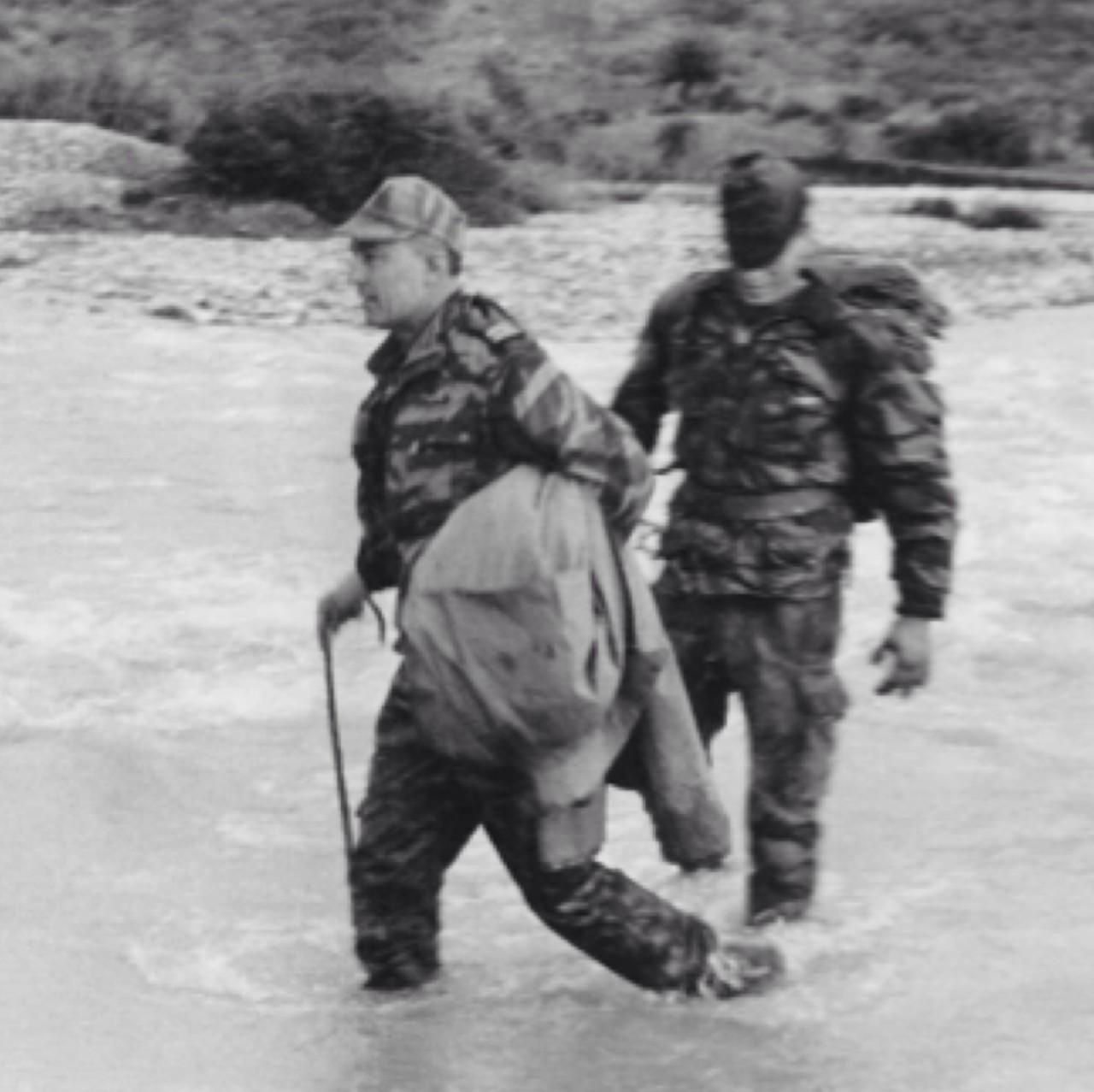 Le colonel TRINQUIER traversant un oued au cours du plan Challe en 1959