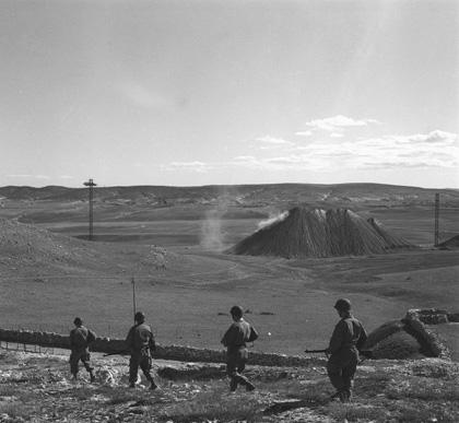 Soldats du 26e RI en patrouille  dans une mine du secteur de TEBESSA Un terril est visible au dernier plan de la photographie