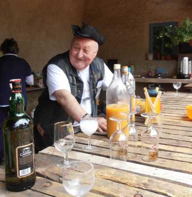 Marc LANGENDORF qui surveille la bouteille d'Anisette