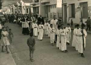 Paques 1955 ---- Procession devant la Commune Mixte et la Poste