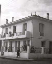 1953 ---- Maison du Dr EBERT Berthe EBERT au balcon