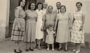 La Famille ROSTOLL ---- Jeannette SOUQUET Lucienne ROSTOLL Marcelle STOELTZEN Henri SOUQUET Laure MASSON Gustave MASSON Laurette ROSTOLL x (belle fille de Gustave MASSON) Marie-Laure ALBENTOSA (le petit boutchou)