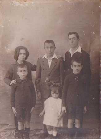 Famille CHAFFORT : en haut : Lucienne CHAFFORT Fernand CHAFFORT Pierre CHAFFORT en bas : Paul CHAFFORT Jeanne CHAFFORT Raymond CHAFFORT